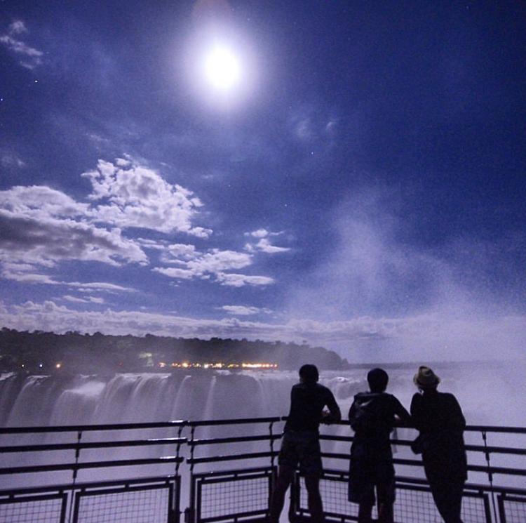 paseo de luna llena en las catarata del iguazu