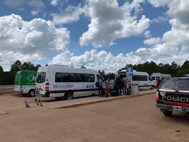 dónde tomar el bus a la ciudad en el aeropuerto de iguazú