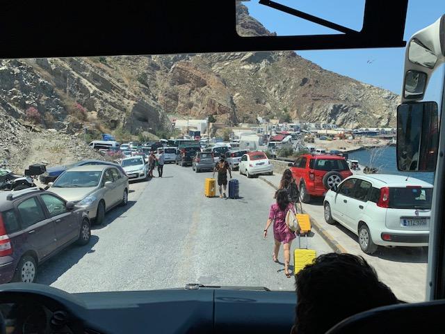 gente bajándose de los transfer en el puerto de santorini