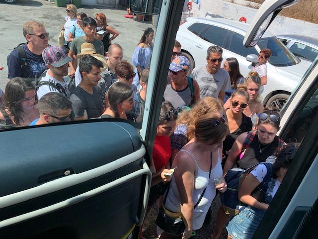 gente subiendo al bus al puerto nuevo en santorini